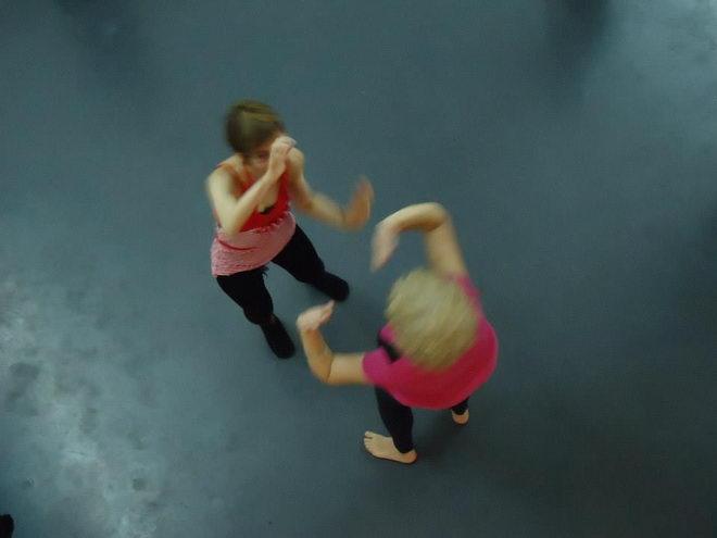 Svaka radionica se temelji na elementima slobodnog plesa i improvizacije