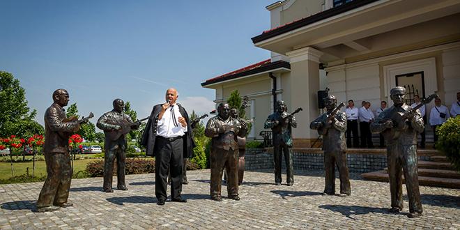 8 tamburaša u prirodnoj veličini pozdravljaju posetioce ispred Vinarije Zvonko Bogdan na Paliću