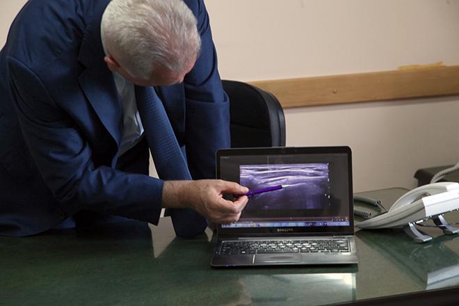 prof dr Damjanov pokazuje ultrazvuk Orthokin injekcije